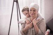Fotografie roztomilý malý dítě pÛdû nemocné babičce v šátek