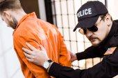 vězení důstojník předních trestanec v poutech