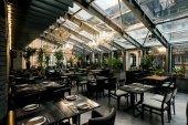 pohled stylové prázdné kavárně uspořádané stoly a židle pro návštěvníky