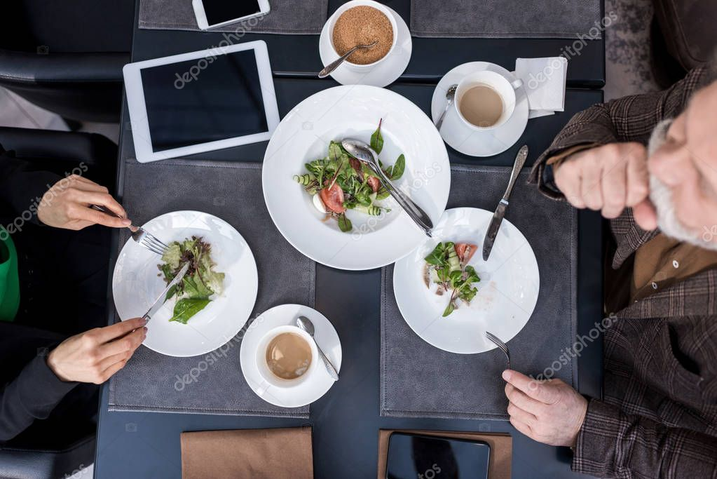 overhead view of man and woman having dinner together in restaurant