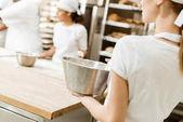 Fotografie weibliche Bäcker mit Schüssel Zutaten für Teig beim Backen Herstellung