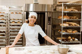 Fényképek női baker állandó munkahelyen a sütés gyártása