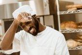 přepracovaní afroamerické baker utírání potu na pečení výroba
