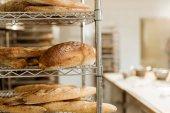 police s vynikající čerstvě upečený chléb na pečení výroba