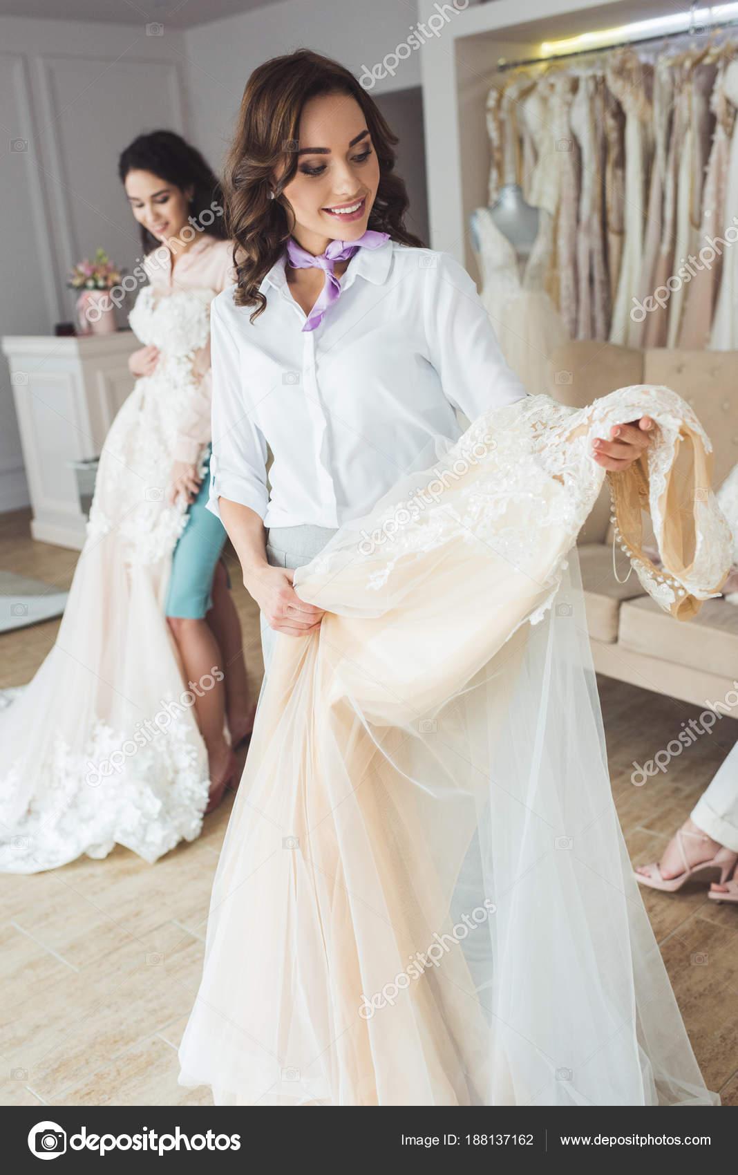Glückliche Frauen Auswahl Brautkleider Hochzeit Mode Shop ...