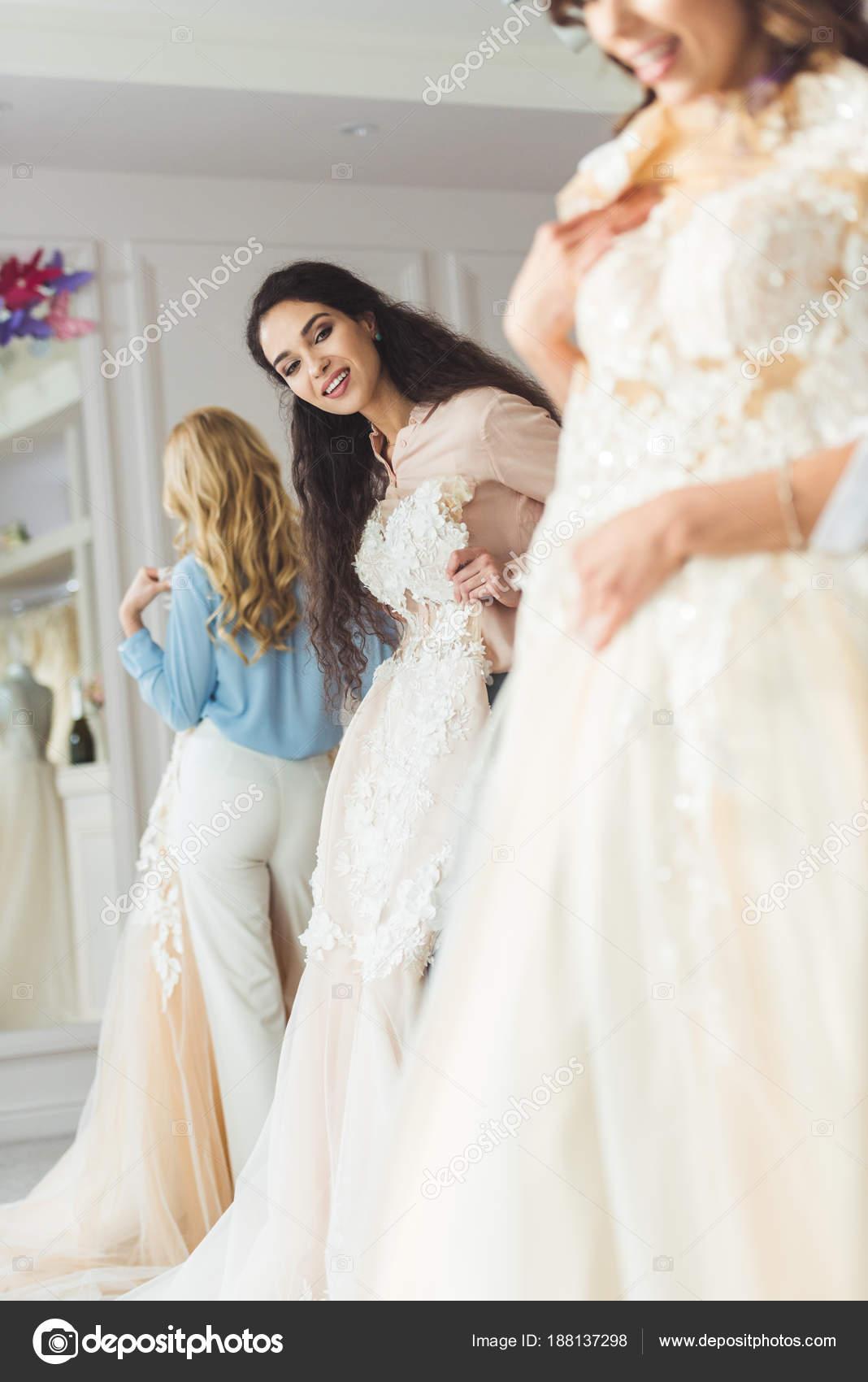 Young Lächelnd Braut Und Brautjungfern Wählen Kleider Hochzeit Mode ...