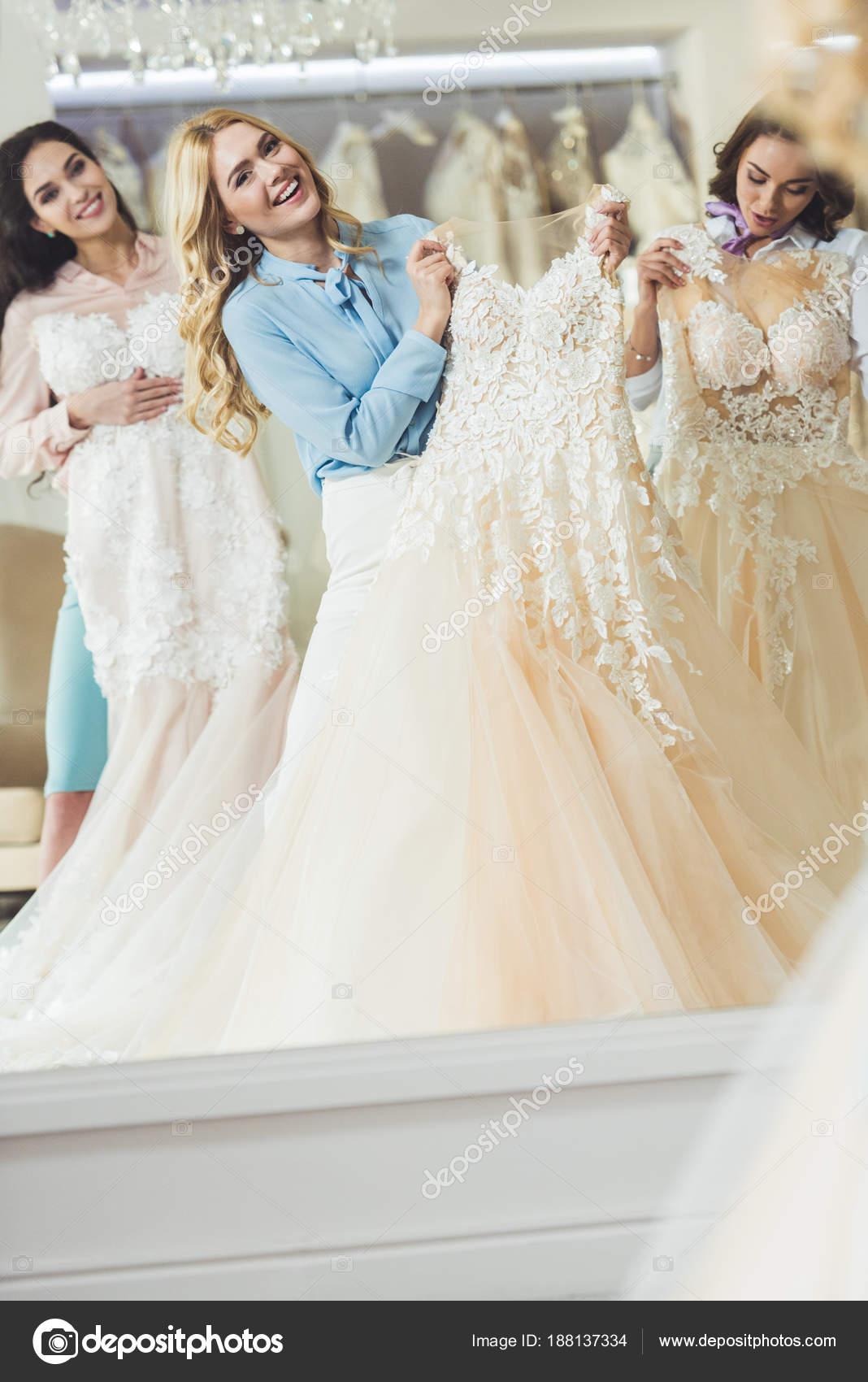 954ce65e1 Feliz Novia Damas Honor Probandose Vestidos Por Espejo Tienda Moda — Foto  de Stock