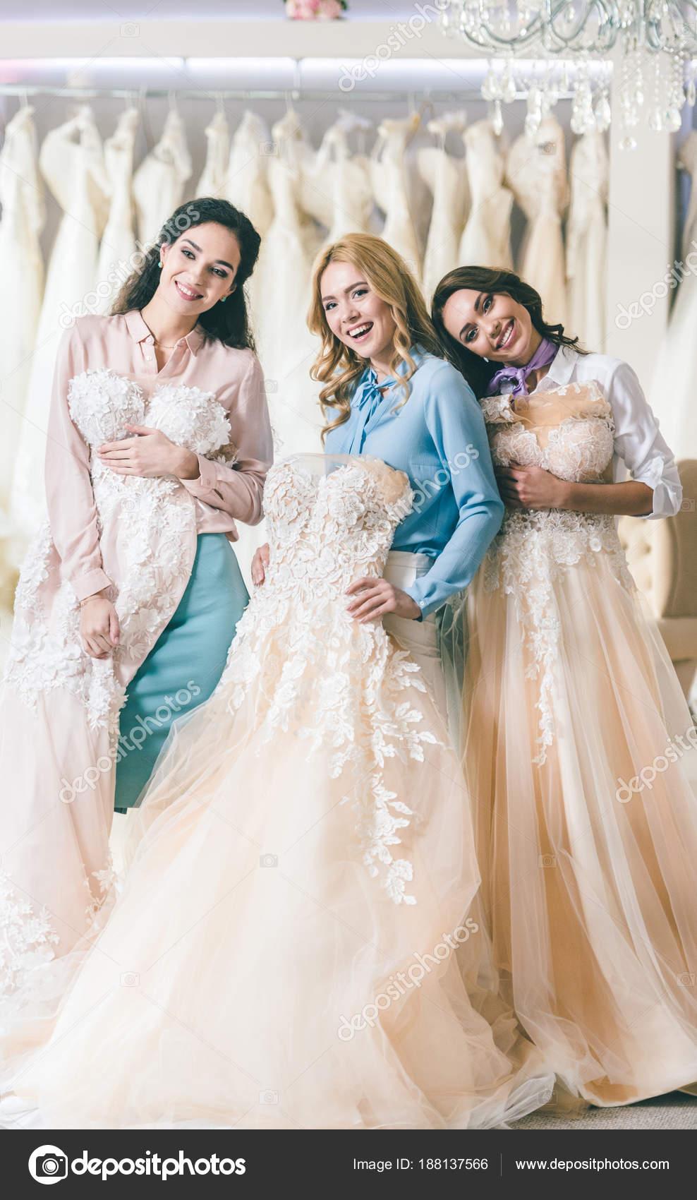 3aaf6766b Mujeres Atractivas Con Vestidos Novia Tienda Moda Boda — Foto de Stock