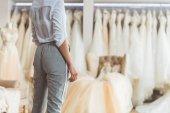 Fényképek Vágott nézet kiválasztása ruha esküvői atelier nő