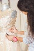 Fotografie Švadlena pracující krásné šaty svatební ateliér