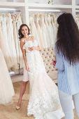A menyasszony, esküvői ruha, esküvői szalon próbál női Szabó