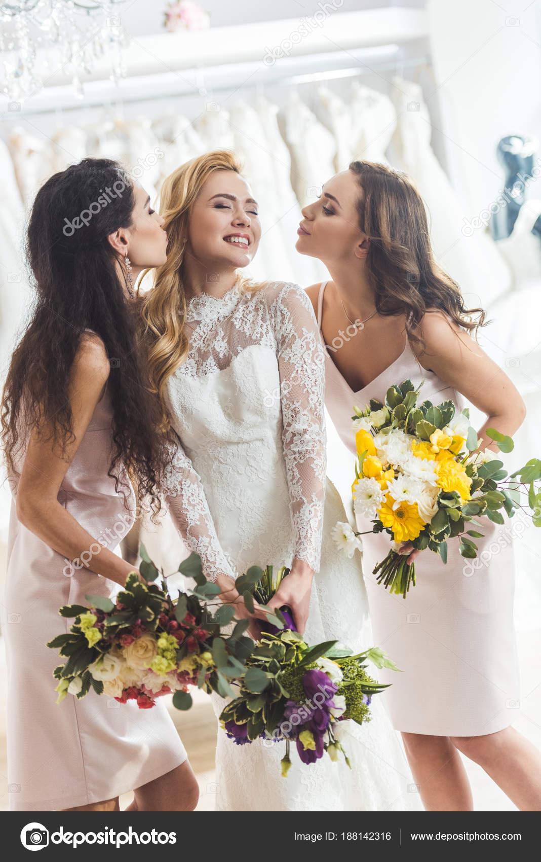 fb68aeac9 Mujeres Atractivas Vestidos Novia Besos Salón Boda — Fotos de Stock ...