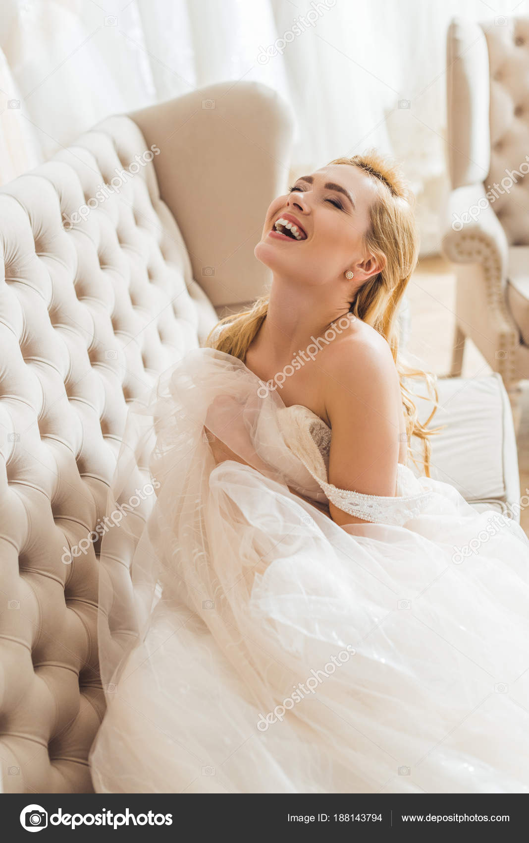 Schöne Braut Tüll Kleid Auf Sofa Hochzeit Atelier — Stockfoto ...