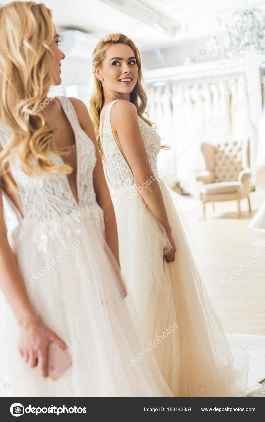 Junge Braut Weißen Kleid Von Spiegel Hochzeit Mode Shop — Stockfoto ...