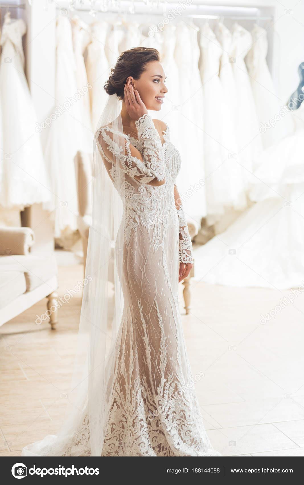 Witte Jurk Op Een Bruiloft.Jonge Bruid Witte Jurk Bruiloft Mode Winkel Stockfoto