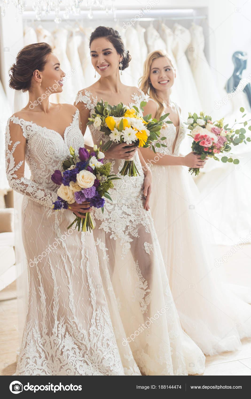 Lächelnde Frauen Hochzeit Kleider Mit Blumen Hochzeit Atelier ...