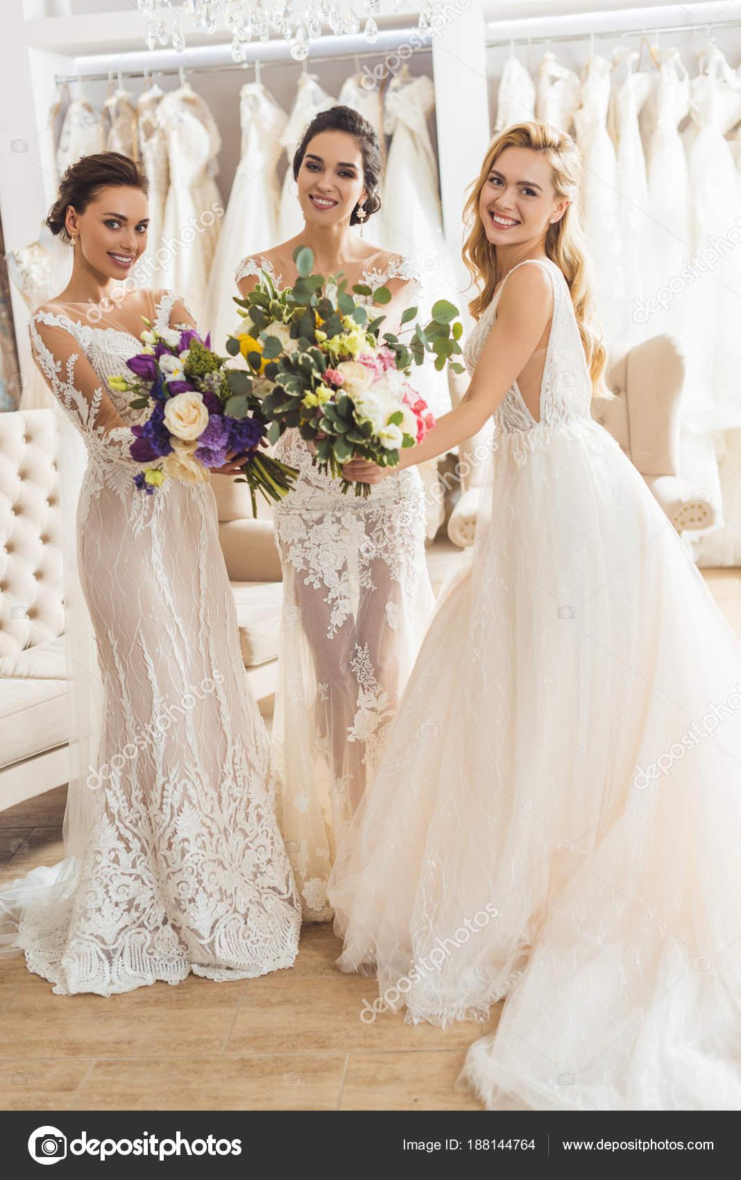 Glückliche Frauen Hochzeit Kleider Mit Blumen Hochzeitssalon ...