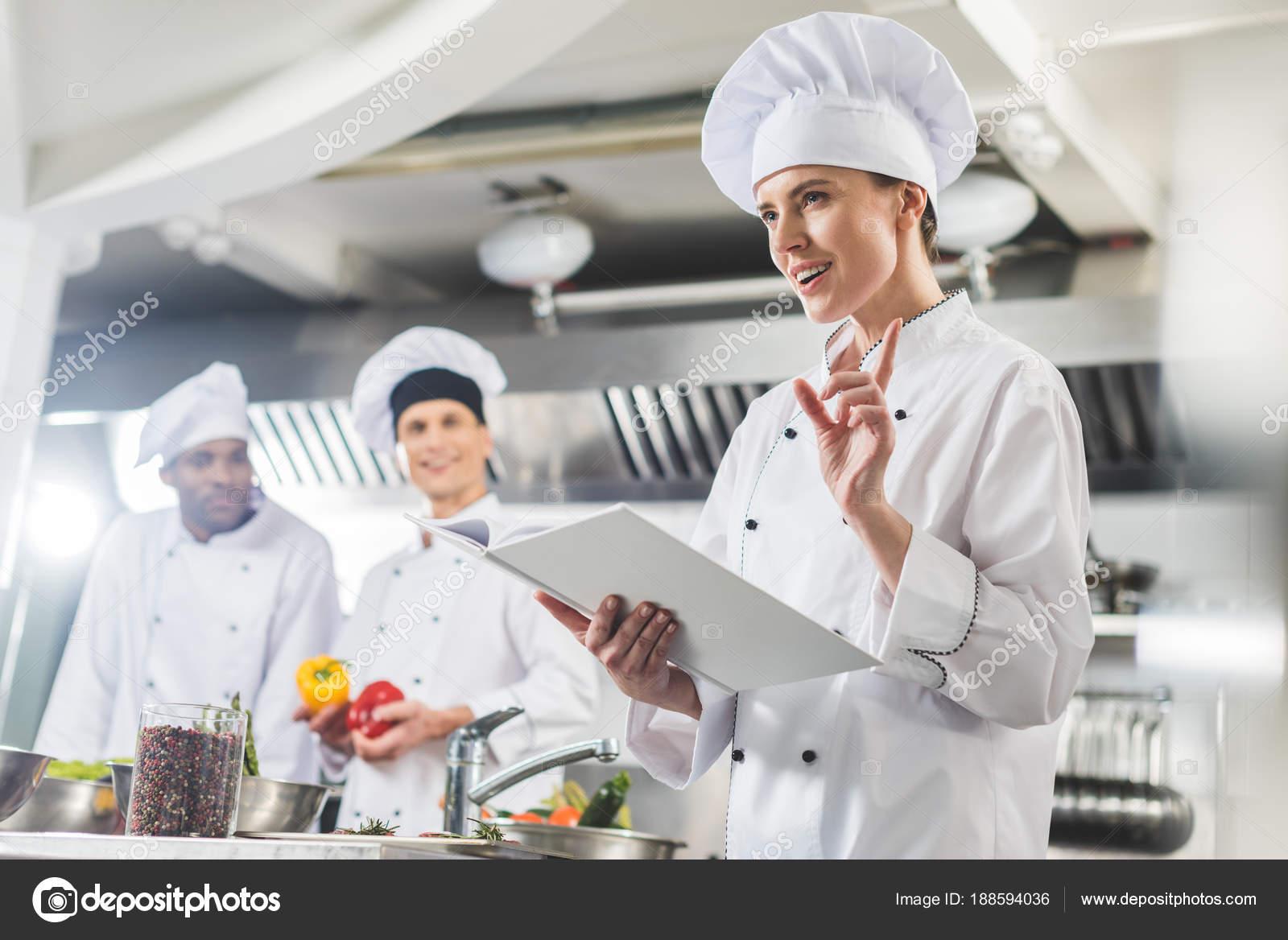 Seduisante Chef Tenant Livre Recettes Montrant Geste Idee