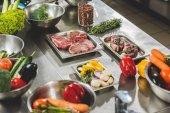 syrové maso se zeleninou na stole v kuchyni restaurace