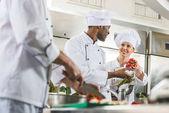 multikulturní kuchařů při práci v kuchyni restaurace