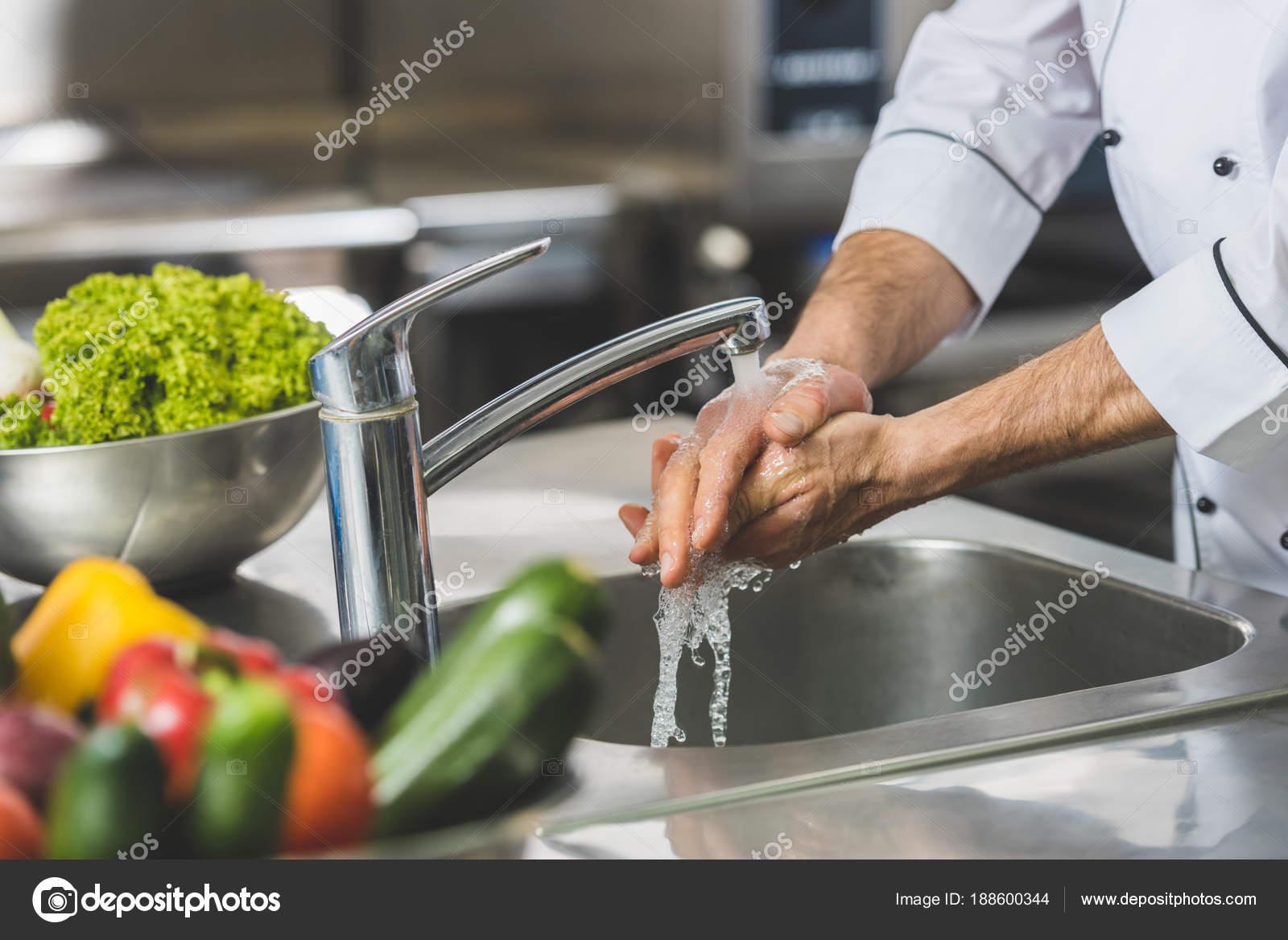 Imagen recortada lavarse las manos cocina del restaurante for Lavado de manos en la cocina