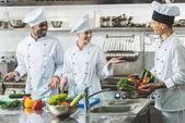 usmívající se multikulturní kuchaři mluví v restauraci kitchen