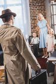 Fotografie zadní pohled na otce s Aktovkou vrací domů a díval jsem se na šťastné rodiny, roku 1950 styl