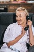 Fényképek boldog szőke nő köntöst beszélni, vintage telefonon, és keres el
