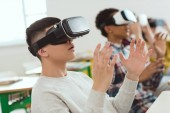 Fotografie Seitenansicht des multikulturellen Teenager Gymnasiasten mit virtual-Reality-Kopfhörer