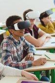 Fotografie Multiethnische Schülerinnen und Schüler mit virtual-Reality-Headsets im Klassenzimmer