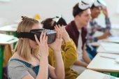 Oldalnézetből a középiskolás diákok levette a virtuális valóság fejhallgatók