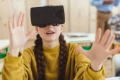 Teenager Gymnasiast mit virtual-Reality-Kopfhörer