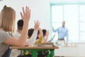 középiskolás diákok kezekkel emel, tanárok kérdésre