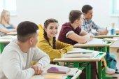 a középiskolás diákok ül az osztályban lecke során sor