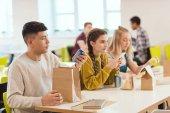 Fotografie Gruppe von Schülerinnen und Schüler in der Cafeteria der Schule zusammen