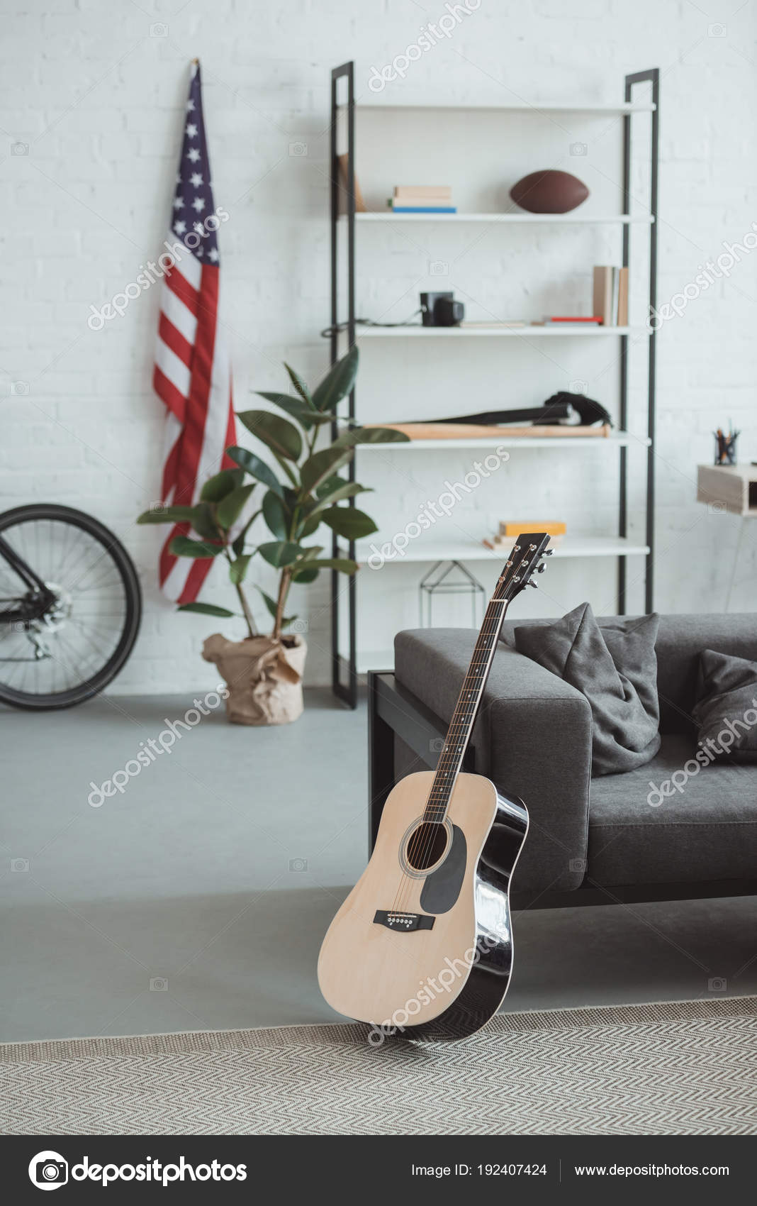 Intérieur De Salon Moderne Avec Drapeau Américain, étagères, Plante En Pot,  Guitare Et Fauteuil U2014 Image De ArturVerkhovetskiy| ...
