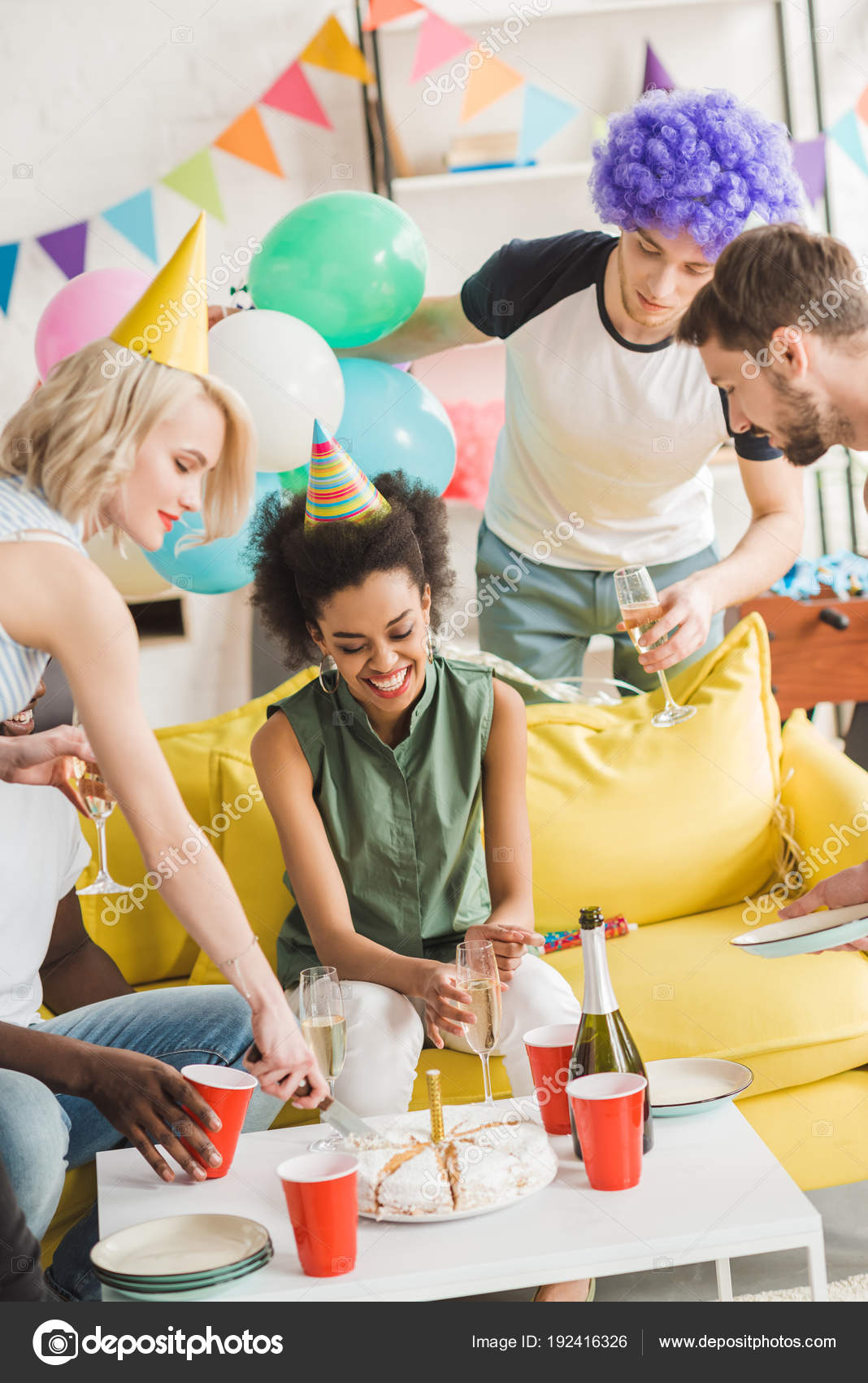 Manner Und Frauen Feiern Mit Champagner Und Geburtstag Kuchen