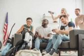 Fotografie nízký úhel pohledu šťastný mnohonárodnostní přátel s pákovými hrát video hry