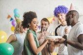 A fiatalok megszólítás afro-amerikai lány születésnapi torta