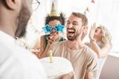 Fotografia Amici Multiracial saluto giovane con torta di compleanno