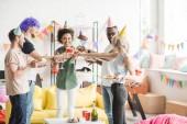 Veselá různorodých lidí přípitky šampaňským na narozeninovou oslavu