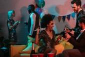 Veselá mladých lidí těší nápoje v mluvení na party