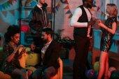 Mladé stylové mužských a ženských přátel slaví na party