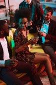 Američan Afričana muž obklopen mladými muži na party