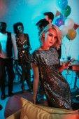 Elbűvölő asszony gazdaság üveg, baráti koktél party
