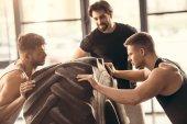 izmos sportolók emelő gumiabroncs együtt edzőteremben oldalnézetből