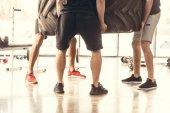 nízké část tří atletické muži v sportovní zvedání pneumatik v tělocvičně
