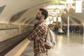 Fotografie Seitenansicht des stilvollen Mann mit geschlossenen Augen warten Zug an der u-Bahnstation