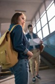 mladé samice cestovatel s batohem a přítel při pohledu na mapu za