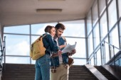 s úsměvem mladá žena pomáhá mužské cestovatel s mapou v ruce na metro